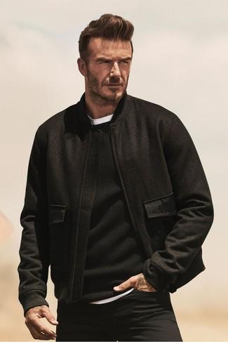 Wie kombinieren: schwarze Wollbomberjacke, schwarzer Pullover mit einem Rundhalsausschnitt, weißes T-Shirt mit einem Rundhalsausschnitt, schwarze Jeans