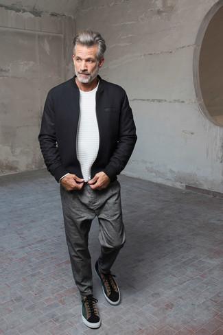 Wie kombinieren: schwarze Wollbomberjacke, weißer Pullover mit einem Rundhalsausschnitt, graue Chinohose, dunkelgrüne Wildleder niedrige Sneakers