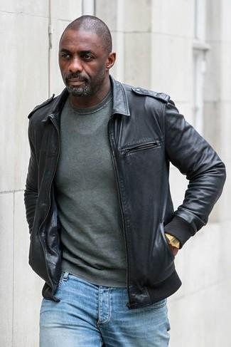 Idris Elba trägt Schwarze Leder Bomberjacke, Dunkelgrüner Pullover mit Rundhalsausschnitt, Hellblaue Jeans, Goldene Uhr