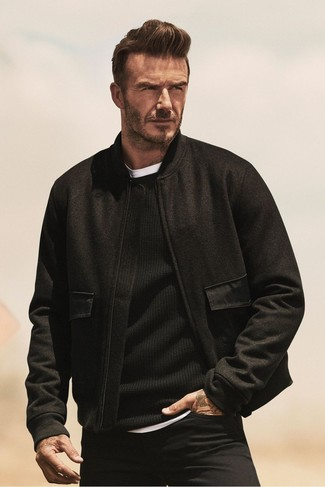 David Beckham trägt Schwarze Wollbomberjacke, Schwarzer Pullover mit Rundhalsausschnitt, Weißes T-Shirt mit Rundhalsausschnitt, Schwarze Jeans