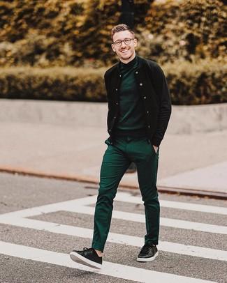 Wie kombinieren: schwarze Bomberjacke, dunkelgrüner Rollkragenpullover, grüne Anzughose, schwarze Leder niedrige Sneakers