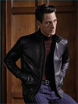 Wie kombinieren: schwarze Leder Bomberjacke, dunkelroter Rollkragenpullover, dunkelblaue vertikal gestreifte Anzughose, schwarzer Ledergürtel