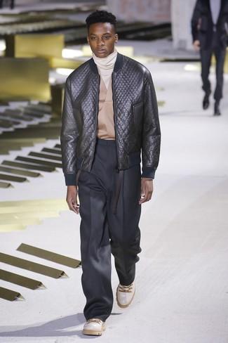 schwarze gesteppte Leder Bomberjacke, hellbeige Rollkragenpullover, schwarze Anzughose, weiße Lederarbeitsstiefel für Herren