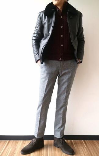 Wie kombinieren: schwarze Leder Bomberjacke, dunkelbraune Strickjacke, graue Wollanzughose, dunkelbraune Chukka-Stiefel aus Wildleder