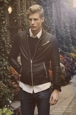 Wie kombinieren: schwarze Leder Bomberjacke, schwarzer Strickpullover, weißes Langarmhemd, dunkelblaue Jeans
