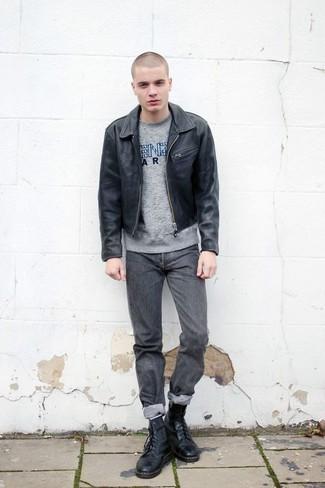 Schwarze Leder Bomberjacke kombinieren: trends 2020: Kombinieren Sie eine schwarze Leder Bomberjacke mit grauen Jeans für einen bequemen Alltags-Look. Eine schwarze Lederfreizeitstiefel bringen klassische Ästhetik zum Ensemble.