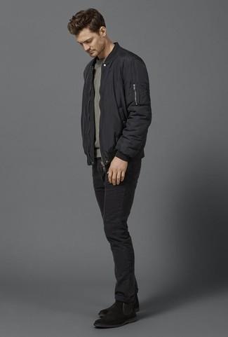 Schwarze Bomberjacke kombinieren: trends 2020: Entscheiden Sie sich für eine schwarze Bomberjacke und schwarzen Jeans für ein bequemes Outfit, das außerdem gut zusammen passt. Vervollständigen Sie Ihr Outfit mit schwarzen Chelsea Boots aus Wildleder, um Ihr Modebewusstsein zu zeigen.