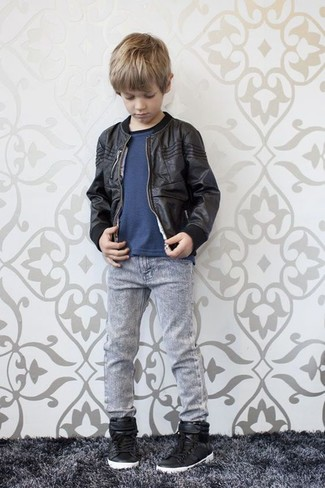 Wie kombinieren: schwarze Bomberjacke, dunkelblaues T-shirt, graue Jeans, schwarze Turnschuhe