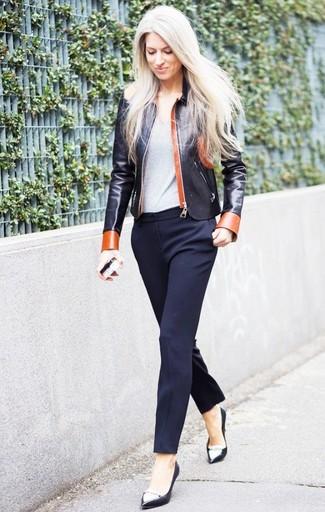 schwarze Leder Bomberjacke, graues T-Shirt mit einem Rundhalsausschnitt, dunkelblaue Anzughose, schwarze und weiße Leder Pumps für Damen