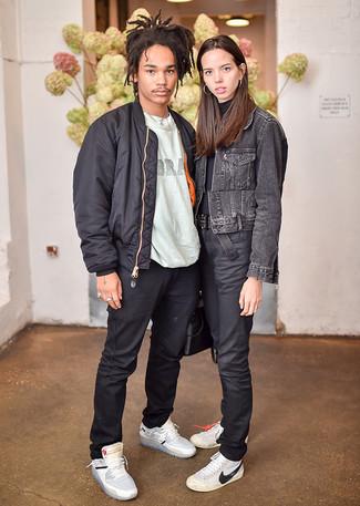 Wie kombinieren: schwarze Bomberjacke, graues bedrucktes T-Shirt mit einem Rundhalsausschnitt, schwarze Chinohose, graue hohe Sneakers aus Leder