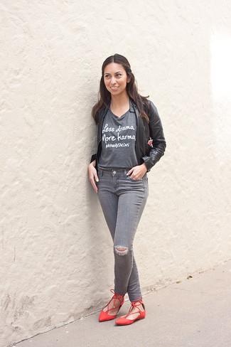 Wie kombinieren: schwarze Leder Bomberjacke, graues bedrucktes T-Shirt mit einem Rundhalsausschnitt, graue enge Jeans mit Destroyed-Effekten, rote Leder Ballerinas