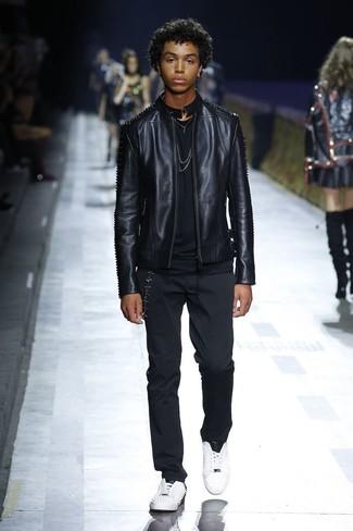 Wie kombinieren: schwarze Leder Bomberjacke, schwarzes T-Shirt mit einem Rundhalsausschnitt, schwarze Chinohose, weiße Leder niedrige Sneakers