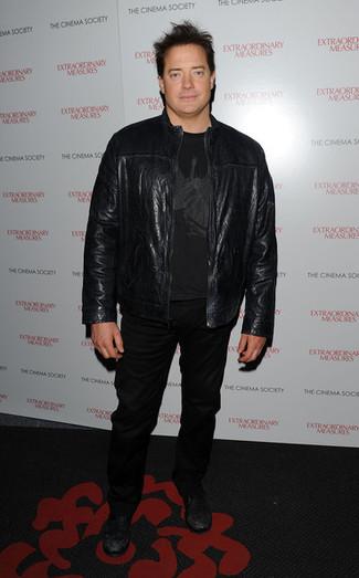 Wie kombinieren: schwarze Leder Bomberjacke, schwarzes bedrucktes T-Shirt mit einem Rundhalsausschnitt, schwarze Jeans, schwarze Leder niedrige Sneakers