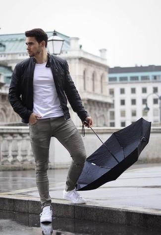 Schwarze Leder Bomberjacke kombinieren: trends 2020: Tragen Sie eine schwarze Leder Bomberjacke und grauen enge Jeans mit Destroyed-Effekten für einen entspannten Wochenend-Look. Fühlen Sie sich mutig? Entscheiden Sie sich für weißen Leder niedrige Sneakers.