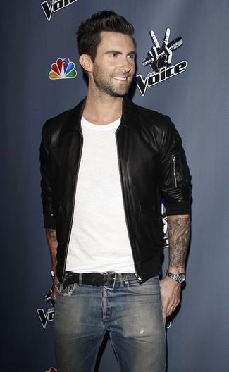 Wie kombinieren: schwarze Leder Bomberjacke, weißes T-Shirt mit einem Rundhalsausschnitt, blaue Jeans, schwarzer Ledergürtel