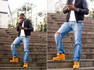 Wie kombinieren: schwarze Leder Bomberjacke, weißes T-Shirt mit einem Rundhalsausschnitt, blaue Jeans mit Destroyed-Effekten, orange Wildlederfreizeitstiefel