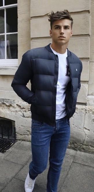 Wie kombinieren: schwarze Bomberjacke, weißes T-Shirt mit einem Rundhalsausschnitt, dunkelblaue Jeans, weiße Leder niedrige Sneakers