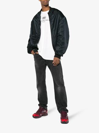 Wie kombinieren: schwarze Bomberjacke, weißes bedrucktes T-Shirt mit einem Rundhalsausschnitt, dunkelgraue Jeans, dunkelrote Sportschuhe
