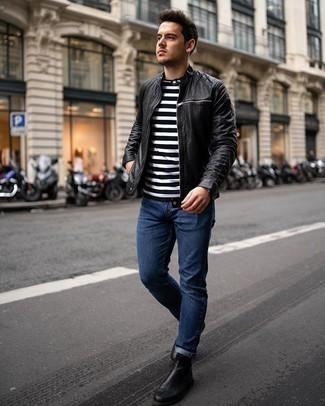 Weißes und schwarzes horizontal gestreiftes T-Shirt mit einem Rundhalsausschnitt kombinieren – 475 Herren Outfits: Für ein bequemes Couch-Outfit, tragen Sie ein weißes und schwarzes horizontal gestreiftes T-Shirt mit einem Rundhalsausschnitt und dunkelblauen Jeans. Putzen Sie Ihr Outfit mit schwarzen Chelsea Boots aus Leder.