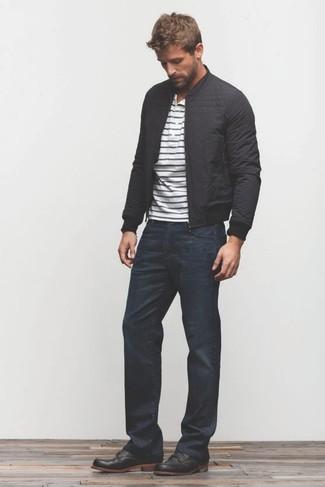 Wie kombinieren: schwarze Bomberjacke, weißes und dunkelblaues horizontal gestreiftes T-shirt mit einer Knopfleiste, dunkelblaue Jeans, schwarze Chukka-Stiefel aus Leder