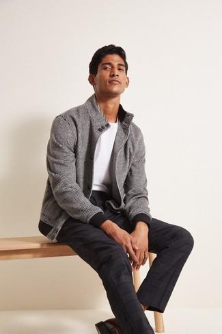 Wie kombinieren: schwarze und weiße Bomberjacke mit Karomuster, weißes T-Shirt mit einem Rundhalsausschnitt, dunkelblaue Anzughose mit Schottenmuster, braune Leder Derby Schuhe