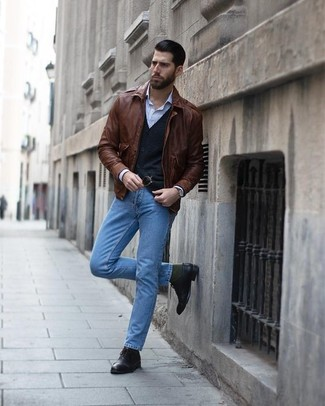 Wie kombinieren: braune Leder Bomberjacke, schwarze Strickjacke, hellblaues vertikal gestreiftes Businesshemd, hellblaue Jeans