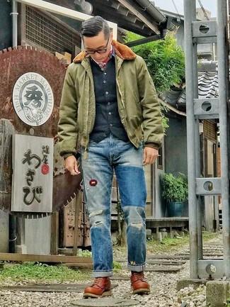 Wie kombinieren: olivgrüne Bomberjacke, schwarze Strickjacke, blaue Jeans mit Destroyed-Effekten, braune Lederarbeitsstiefel