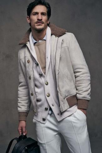 Wie kombinieren: weiße Wildleder Bomberjacke, weiße Strickjacke mit einem Schalkragen, hellbeige Pullover mit einem Rundhalsausschnitt, hellblaues Langarmhemd