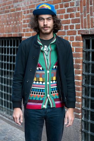 Wie kombinieren: dunkelgrüne Bomberjacke, grüne Strickjacke mit einem Schalkragen mit geometrischen Mustern, dunkelgrünes bedrucktes T-Shirt mit einem Rundhalsausschnitt, dunkeltürkise Jeans