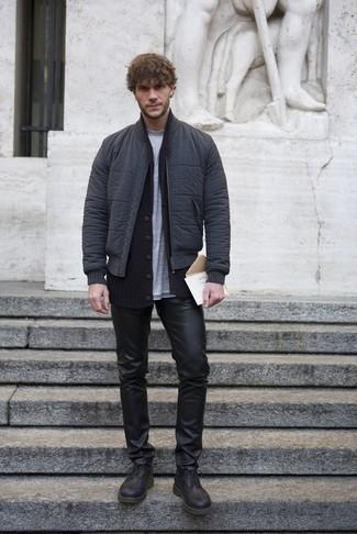 Dunkelblaue Strickjacke mit einem Schalkragen kombinieren – 20 Herren Outfits kühl Wetter: Kombinieren Sie eine dunkelblaue Strickjacke mit einem Schalkragen mit schwarzen Lederjeans für ein bequemes Outfit, das außerdem gut zusammen passt. Fühlen Sie sich mutig? Entscheiden Sie sich für schwarzen Brogue Stiefel aus Leder.