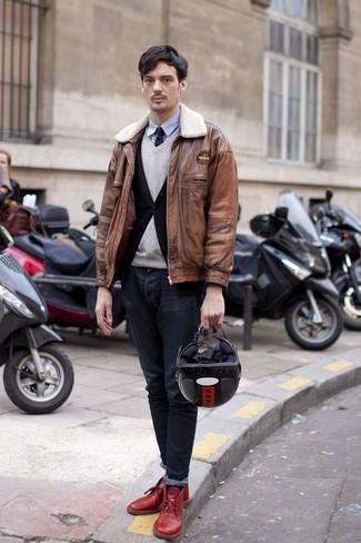 Wie kombinieren: braune Leder Bomberjacke, schwarze Strickjacke, grauer Pullover mit einem V-Ausschnitt, hellblaues Langarmhemd