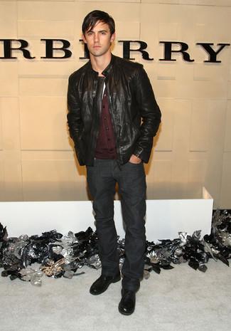 Wie kombinieren: schwarze Leder Bomberjacke, dunkelrote Strickjacke, weißes T-Shirt mit einem Rundhalsausschnitt, dunkelgraue Jeans