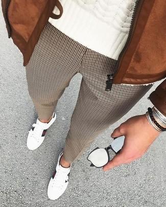 Wie kombinieren: rotbraune Wildleder Bomberjacke, weißer Strickpullover, braune Anzughose mit Hahnentritt-Muster, weiße Leder niedrige Sneakers