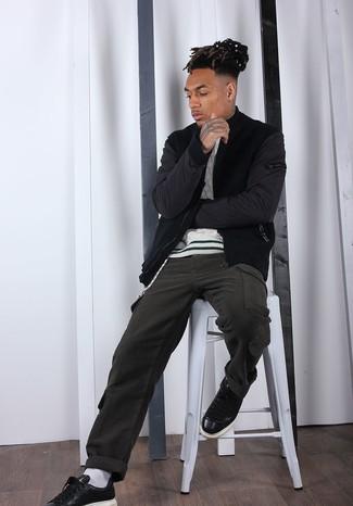 Weißen Strickpullover kombinieren: trends 2020: Paaren Sie einen weißen Strickpullover mit einer olivgrünen Cargohose für ein sonntägliches Mittagessen mit Freunden. Schwarze Leder niedrige Sneakers fügen sich nahtlos in einer Vielzahl von Outfits ein.