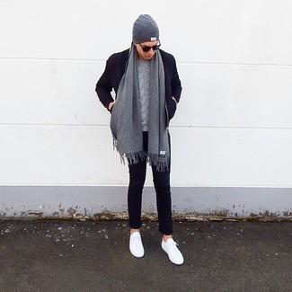 Wie kombinieren: dunkelblaue Wollbomberjacke, grauer Strickpullover, dunkelblaue Chinohose, weiße niedrige Sneakers