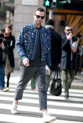 dunkelblaue bestickte Bomberjacke, schwarzer Strickpullover, dunkelgraue Jeans, graue niedrige Sneakers für Herren