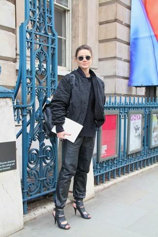Schwarze Bomberjacke kombinieren – 187 Damen Outfits: Die Paarung aus einer schwarzen Bomberjacke und einer schwarzen Jogginghose aus Leder bietet die ideale Balance zwischen Funktion und Look. Ergänzen Sie Ihr Look mit schwarzen Leder Sandaletten.