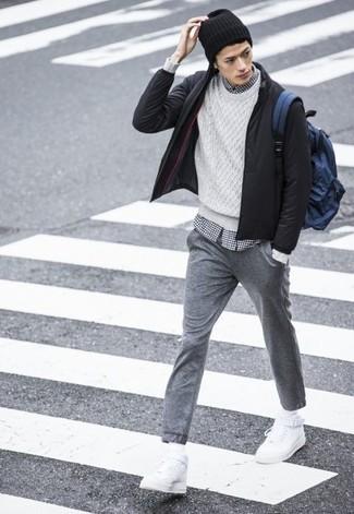Wie kombinieren: schwarze Bomberjacke, weißer Strickpullover, weißes und schwarzes Langarmhemd mit Vichy-Muster, graue Jogginghose