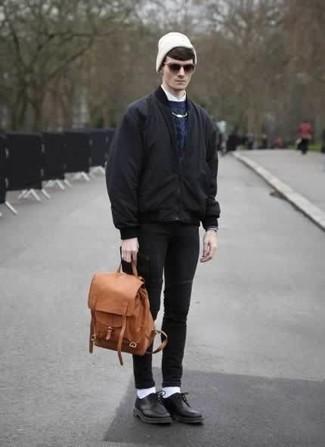 Dunkelblauen Strickpullover kombinieren: trends 2020: Vereinigen Sie einen dunkelblauen Strickpullover mit schwarzen engen Jeans für ein bequemes Outfit, das außerdem gut zusammen passt. Heben Sie dieses Ensemble mit schwarzen Leder Derby Schuhen hervor.