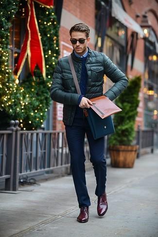 Dunkelrote Chukka-Stiefel aus Leder kombinieren: Vereinigen Sie eine dunkelgrüne gesteppte Bomberjacke mit einer dunkelblauen Anzughose für einen stilvollen, eleganten Look. Suchen Sie nach leichtem Schuhwerk? Ergänzen Sie Ihr Outfit mit dunkelroten Chukka-Stiefeln aus Leder für den Tag.