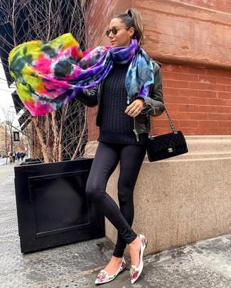 Wie kombinieren: schwarze Leder Bomberjacke, schwarzer Strickpullover, schwarze Leggings, weiße Leder Slipper mit Blumenmuster