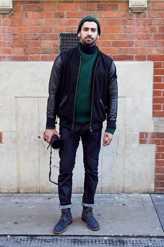 Wie kombinieren: schwarze Leder Bomberjacke, dunkelgrüner Strickpullover, schwarzer Rollkragenpullover, dunkelblaue Jeans