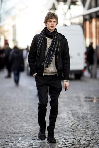 20 Jährige: Schwarze Chinohose kombinieren: trends 2020: Paaren Sie eine schwarze Bomberjacke mit einer schwarzen Chinohose, um mühelos alles zu meistern, was auch immer der Tag bringen mag. Fühlen Sie sich mutig? Ergänzen Sie Ihr Outfit mit schwarzen Wildlederarbeitsstiefeln.