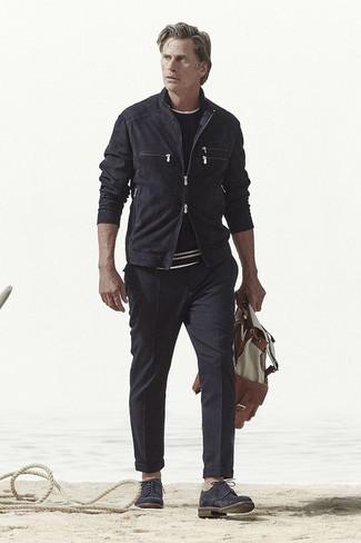 Schwarze Wildleder Bomberjacke kombinieren – 32 Herren Outfits: Entscheiden Sie sich für eine schwarze Wildleder Bomberjacke und eine schwarze Chinohose, um mühelos alles zu meistern, was auch immer der Tag bringen mag. Fühlen Sie sich mutig? Komplettieren Sie Ihr Outfit mit schwarzen Wildleder Derby Schuhen.