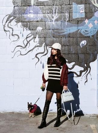 Dunkelrote Bomberjacke, Schwarzes und weißes horizontal gestreiftes Sweatkleid, Schwarze Overknee Stiefel aus Leder, Hellblaue Leder Umhängetasche für Damen