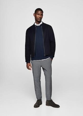 Wie kombinieren: schwarze Wollbomberjacke, dunkelblaues Sweatshirt, weißes Langarmhemd, graue Chinohose