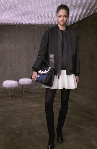 Schwarze kniehohe Stiefel aus Leder kombinieren – 35 Casual Damen Outfits: Eine schwarze Bomberjacke und ein weißer Skaterrock erzeugen einen super entspannten City-Look, der aber immer schick bleibt und Ihre Persönlichkeit unterstreicht. Fühlen Sie sich ideenreich? Vervollständigen Sie Ihr Outfit mit schwarzen kniehohe Stiefeln aus Leder.