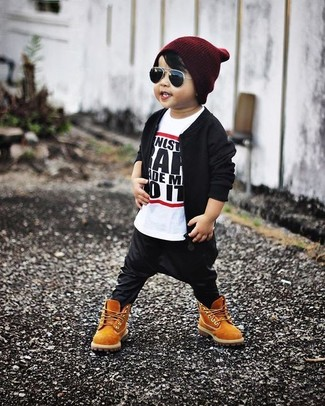 Wie kombinieren: schwarze Bomberjacke, weißes und schwarzes T-shirt, schwarze Jogginghose, beige Stiefel