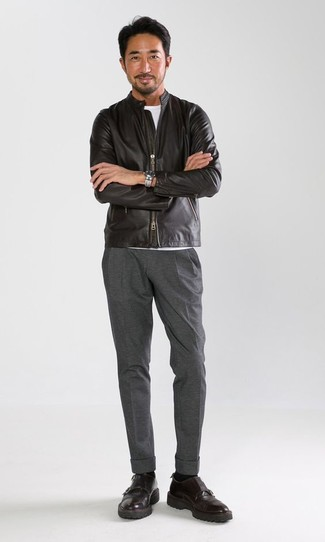 Wie kombinieren: schwarze Leder Bomberjacke, weißes T-Shirt mit einem Rundhalsausschnitt, graue Anzughose, schwarze Doppelmonks aus Leder
