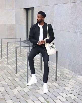 Wie kombinieren: schwarze Bomberjacke, weißes T-Shirt mit einem Rundhalsausschnitt, schwarze Anzughose, weiße Leder niedrige Sneakers